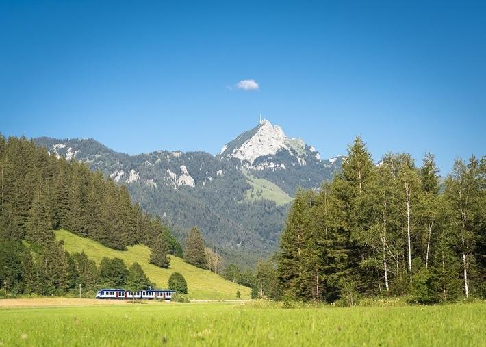 Vom BRB-Zug aus hat der Fahrgast eine wunderbare Aussicht auf den Wendelstein.