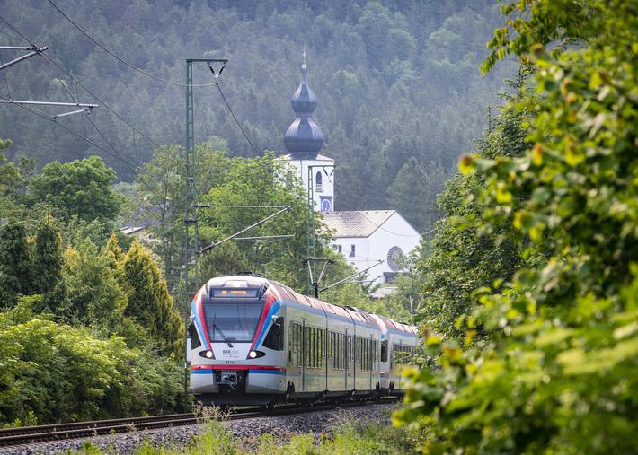 BRB Zug auf Brücke