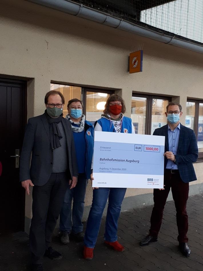 Pfarrer Fritz Graßmann nimmt zusammen mit Lisa Hagins und Sabine Ortloff den Spendenscheck von BRB-Geschäftsführer Fabian Amini entgegen.