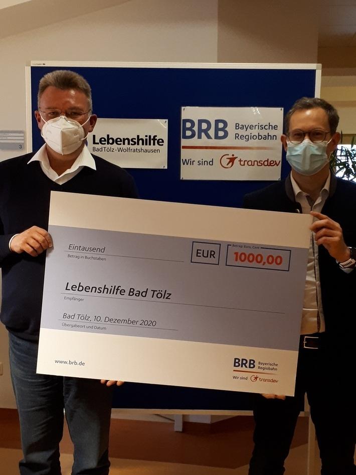 Lebenshilfe-Geschäftsführer Franz Gulder bekam von BRB-Geschäftsführer Fabian Amini einen Scheck über 1.000 Euro.