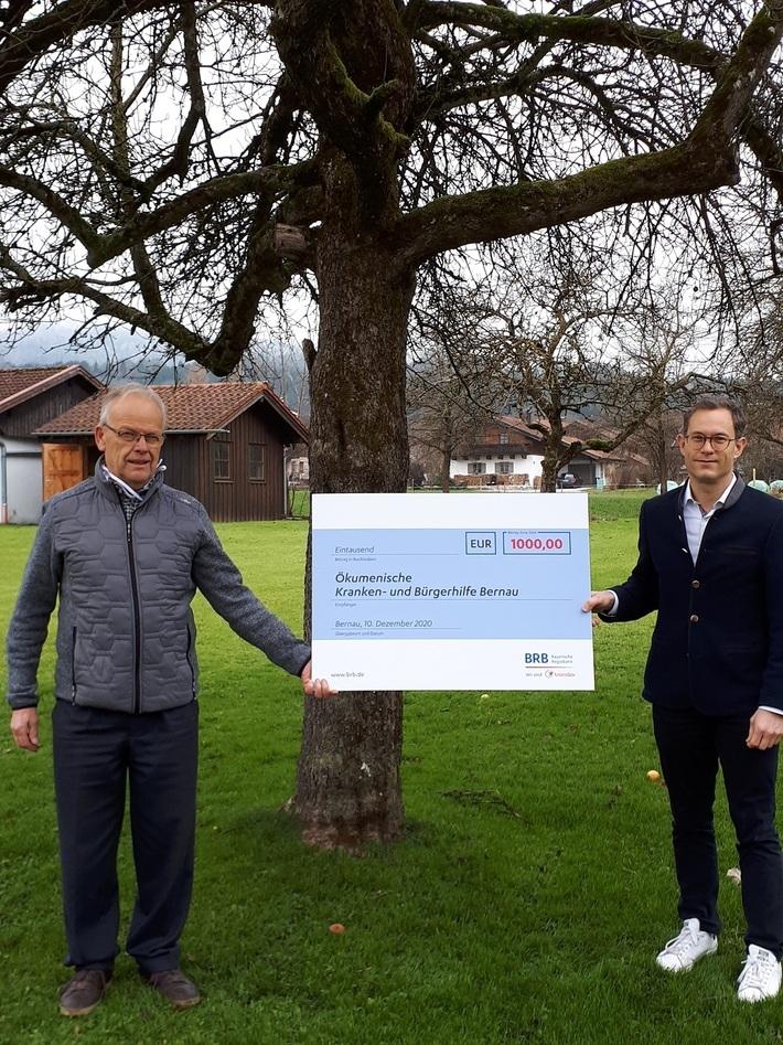 Ferdinand Thalhammer nahm von BRB-Geschäftsführer Fabian Amini den Scheck für die Ökumenische Kranken- und Bürgerhilfe Bernau entgegen.