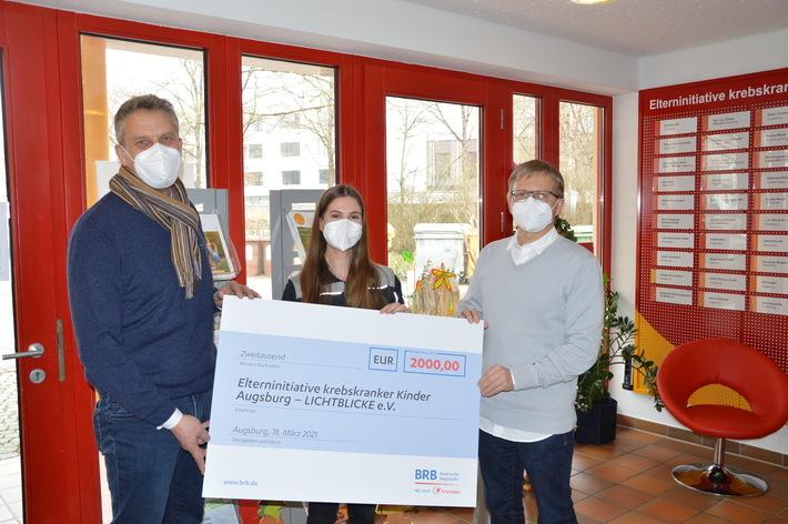 Ernst Winterhalter und Franziska Holzbrecher übergeben Thomas Kleist den Spendenscheck über 2.000 Euro (von links).