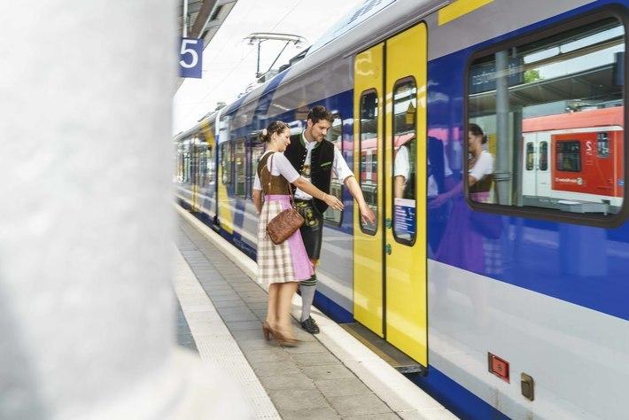 Fahrgäste auf dem Weg zur Wiesn