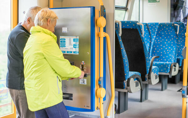 Fahrscheinautomat im Zug