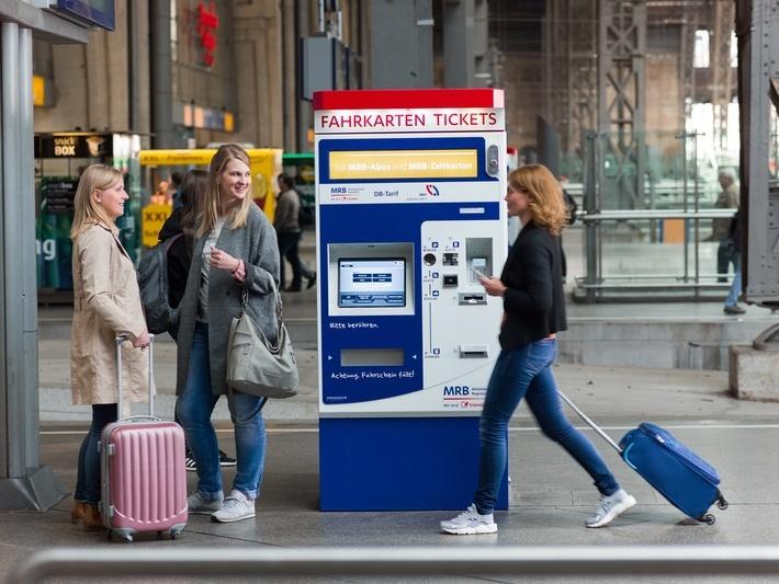 MRB-Fahrkartenautomat mit Fahrgästen