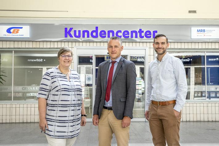 Teamleiter stehen vor dem Kundencenter der MRB und CBC in Chemnitz Hbf