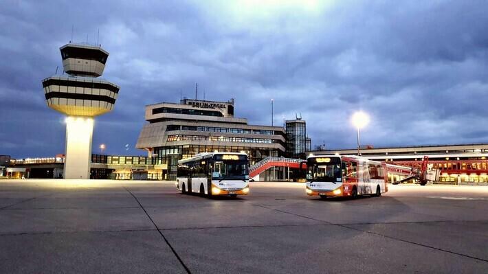 Mo-Busse vor dem Flughafen Tegel