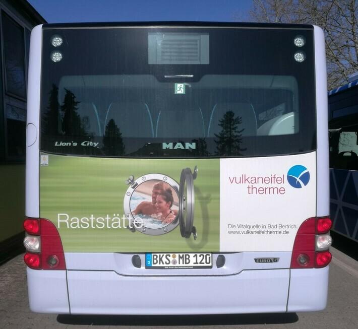 Heckflächenwerbung auf einem Linienbus