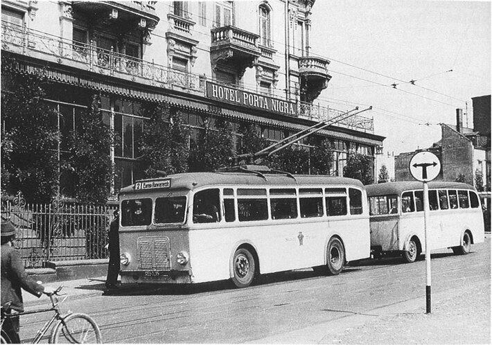Ein OBus der SWT vor dem Hotel Porta Nigra