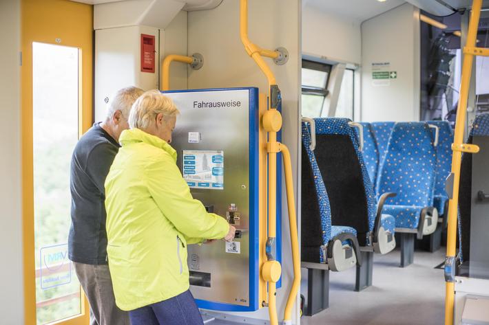 Fahrscheinautomat in der Bahn