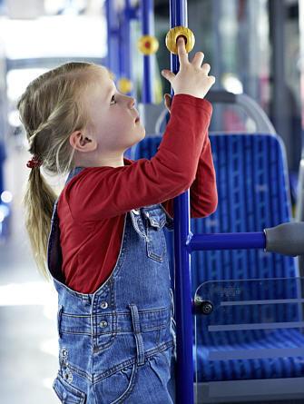 Kind drückt Halteknopf