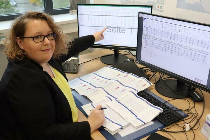 Konzentration ist gefragt: Vanessa Dünnwald aus der Marketingabteilung prüft, ob alle Abfahrtszeiten richtig sind.
