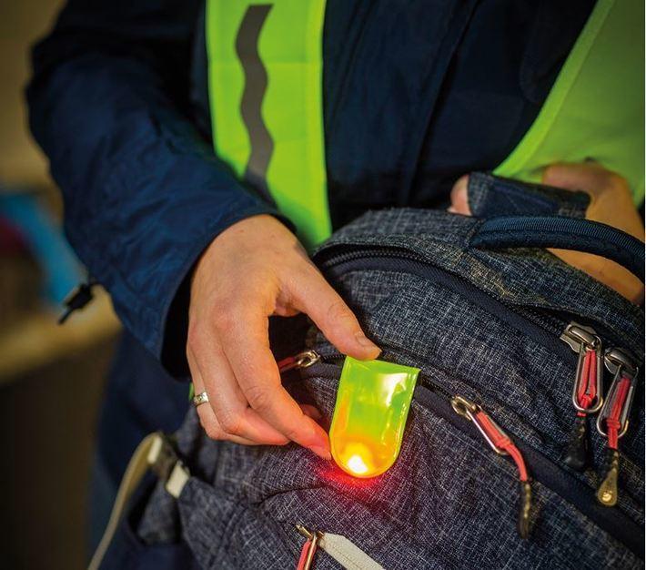 Kleiner Clip, große Wirkung: Der Clip ist magnetisch und kann auf leichte Weise an Kleidung oder Handtaschen und Rucksäcken befestigt werden.