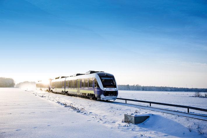 Die StreifZüge der NordWestBahn bringen die Fahrgäste sicher und komfortabel zu den Ausflugszielen, ob die Fahrt allerdings - wie auf dem Bild - durch eine schön verschneite Winterlandschaft geht, hängt von der Witterung ab. Foto: NordWestBahn/Detlef Heese
