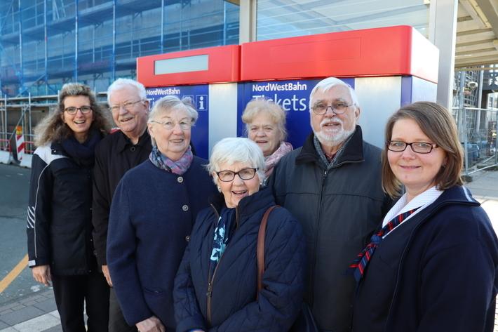 Sylvia Neumann (links) und Birgit Schigiel (rechts) erklären den Senioren, wie die Fahrkartenautomaten funktionieren.