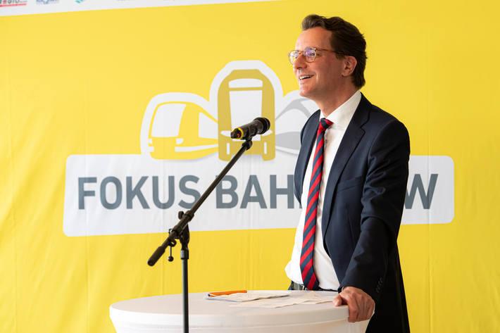NRW-Verkehrsminister Hendrik Wüst zieht ein Jahr nach des Landesprogramms eine positive Bilanz.