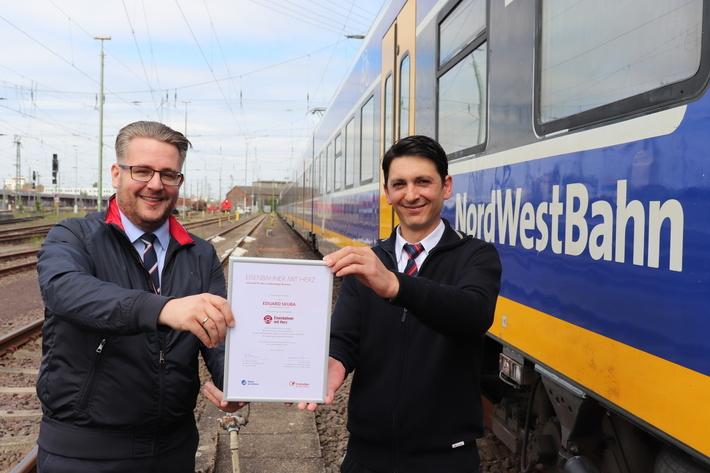 Eduard Skura bekommt die Auszeichnung für den Landessieg von Robert Palm, Regionalleiter der Regio-S-Bahn Bremen/Niedersachsen überreicht. Foto: NordWestBahn/Steffen Högemann
