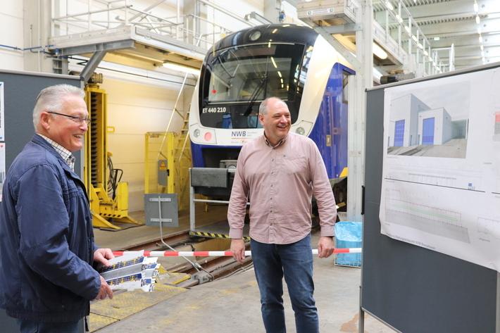 Nachbar Hubert Arnke (links) holt sich bei Werkstattleiter Ralf Heers Informationen über den Anbau der Werkstatt.