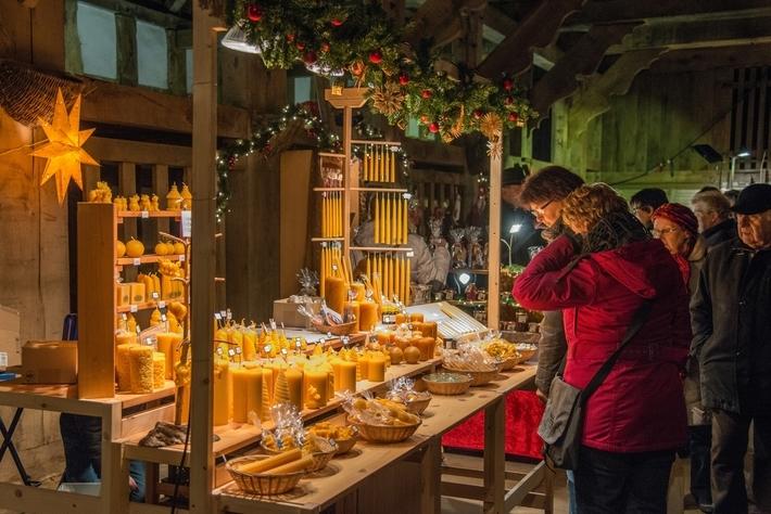 An den Ständen des Nikolausmarktes können die Besucher aus einem großen und qualitativ hochwertigen Sortiment wählen. Feilgeboten werden zum Beispiel schöne Kerzen. Foto: Eckhardt Albrecht