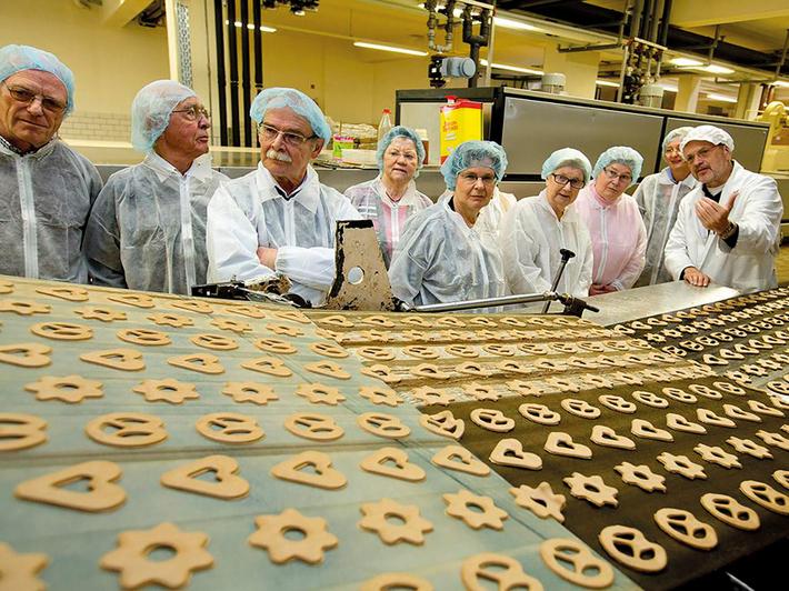 In der Weihnachtsbäckerei gibt es nicht nur manche Leckerei, sondern auch einen interessanten und spannenden Einblick in die Produktion von Lebkuchengebäck. Foto: NordWestBahn/Detlef Heese