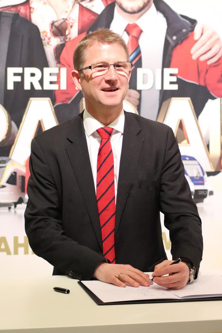 Dr. Rolf Erfurt, Vorsitzender der Geschäftsführung der NordWestBahn, bei der Unterzeichnung des Vertrags über die Ausbildungskostenerstattung.  Foto: NordWestBahn/Steffen Högemann
