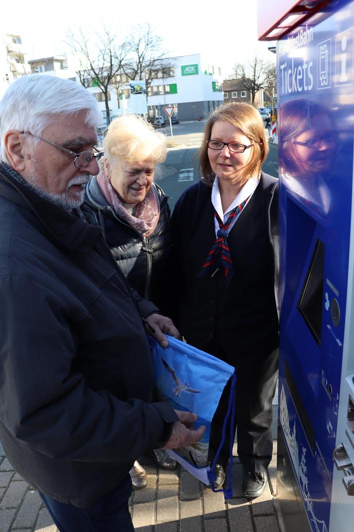 Birgit Schigiel zeigt den Senioren, wie der Fahrkartenautomat funktioniert.