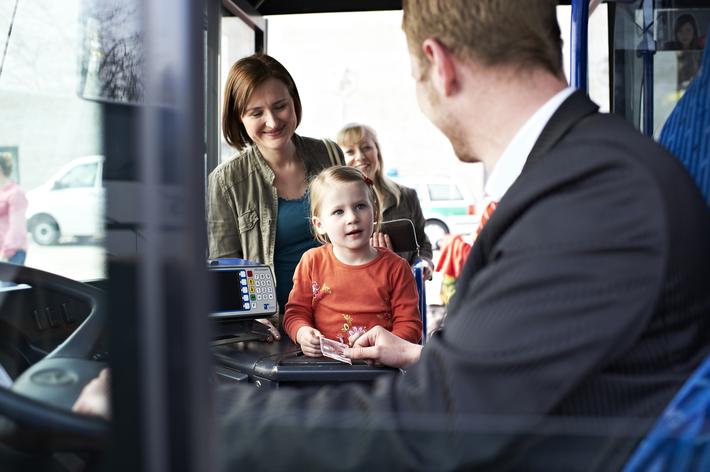 Busfahrer und Fahrgäste