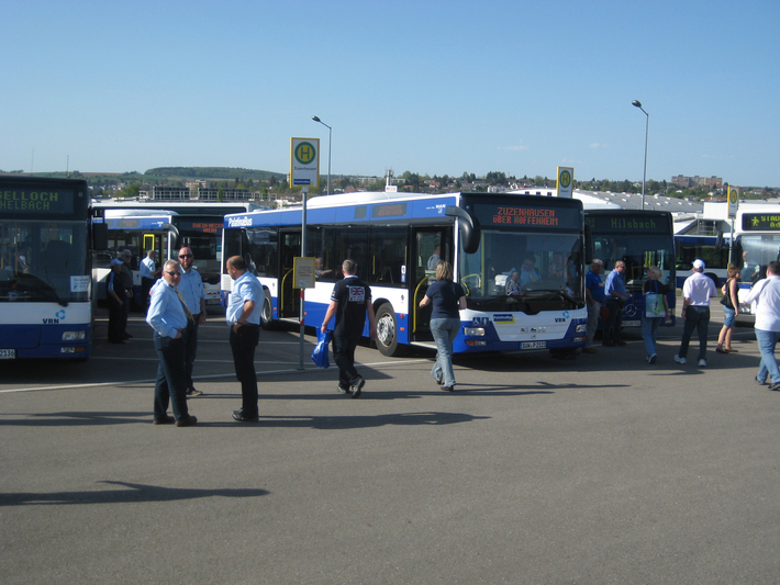 Fußballfans vor Bussen