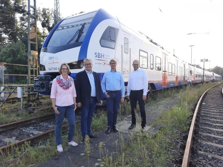 Die neue S-Bahn für Hannover – ab Dezember 2021 übernimmt die Transdev Hannover GmbH das Ostnetz der S-Bahn Hannover. Regionspräsident Hauke Jagau (2.v.l.) und Ulf-Birger Franz (1.v.r.) ließen sich vor Betriebsstart die neuen Züge von den beiden Geschäftsführern der Transdev Hannover GmbH, Nadine Böger (rechts) und Hartmut Körbs (2.v.r.) zeigen.