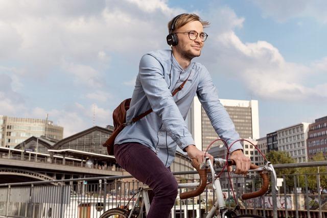 Eine junger Mann fährt auf einem Fahrrad