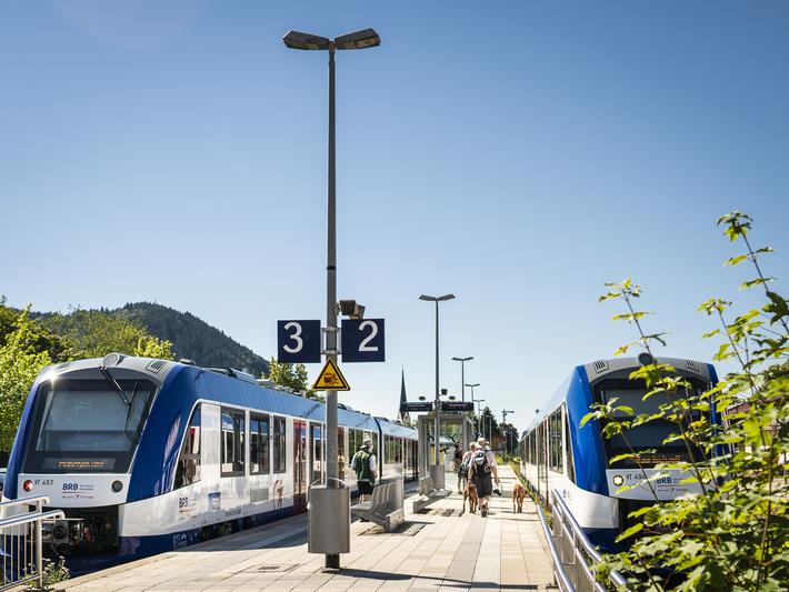 Ein fahrender Zug der zum nächsten Bahnhof unterwegs ist