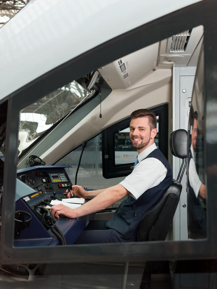 Triebfahrzeugführer sitzt im Fahrzeug