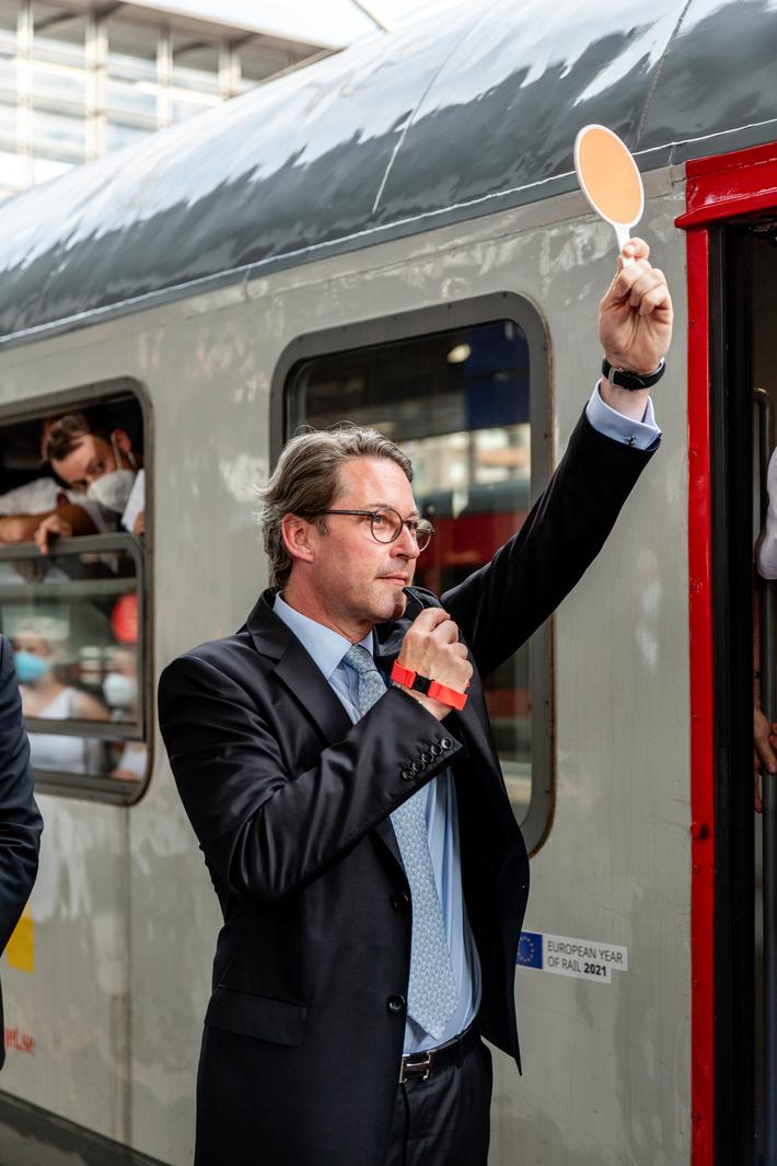 Bundesverkehrsminister Andreas Scheuer gibt das Signal zur Abfahrt