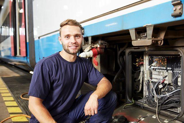 Ein Transdev-Mitarbeiter prüft die Fahrzeugtechnik eines Zuges