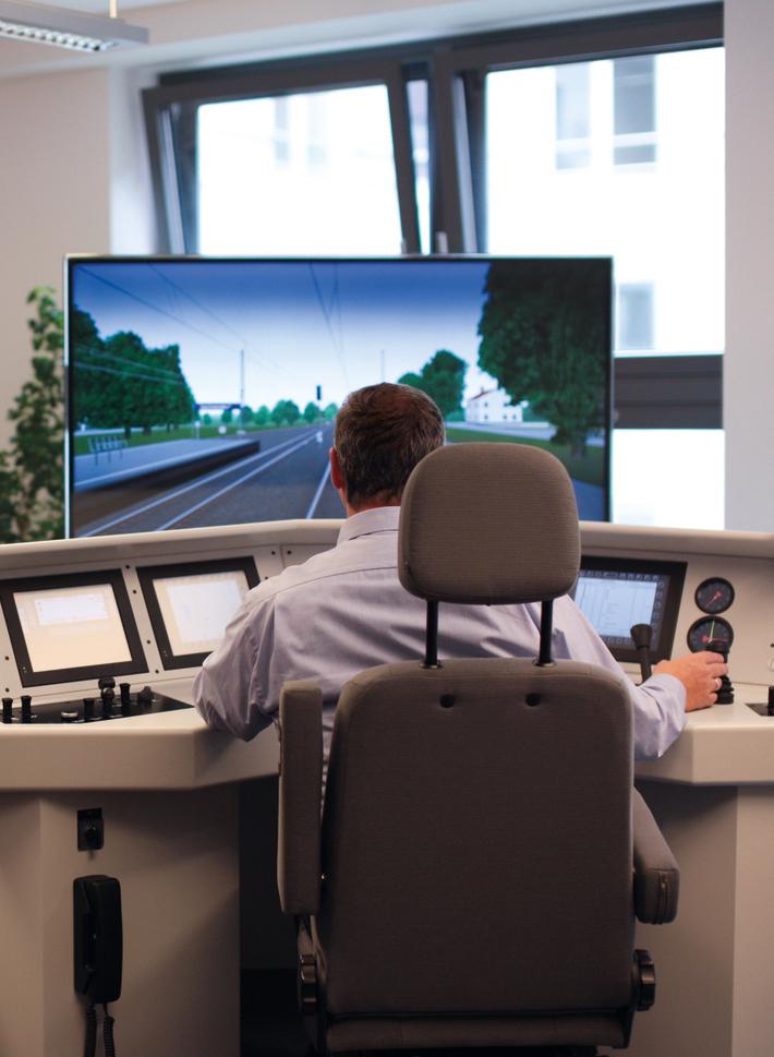 eine Person sitzt vor dem Transdev-Fahrsimulator und absolviert ein Übungsprogramm