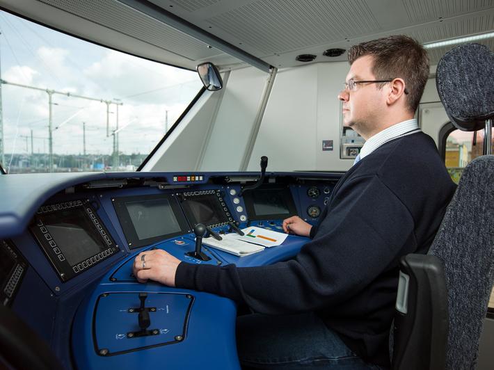 Triebfahrzeugführer am Cockpit