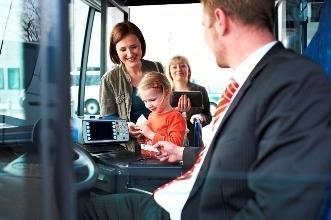 Busfahrer mit Fahrgästen