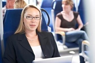 juristische Referendarin sitzt arbeitend in einem Zug