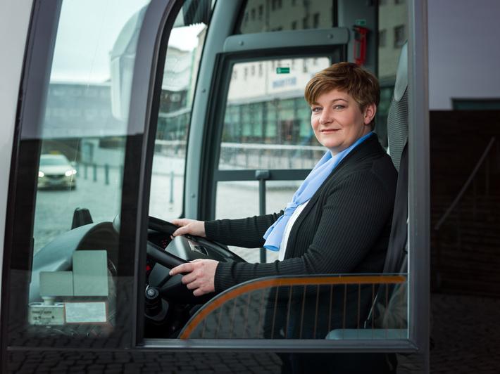 Busfahrerin sitzt am Steuer